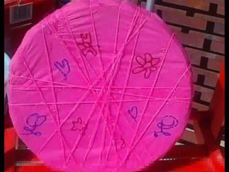 Πιάτο η πλάκα με θεμα σε ροζ η  σε φούξια &  όπως  το βλέπει ο καθένας  με χαρτοπετσέτα  & γιαληστερα λουλουδακια & λίγα  σχεδιακια