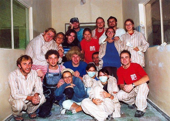 Pokojowy Patrol remontuje szpital w Brzegu, we wrześniu 2002. Fot. Karol Petryka