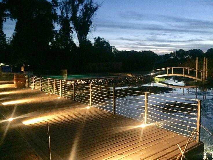 Centro de eventos entorno a una laguna natural. La construcción se realizó completamente en madera, simulando un muelle que se proyecta a una piscina.
