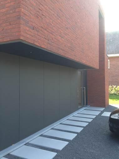 Zwarte overkapping + combi betontegels/grind