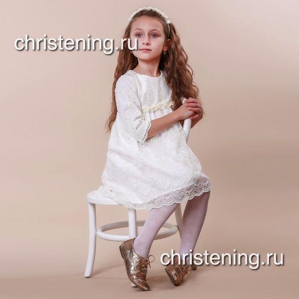 В основе нарядного платья Иза - нежный хлопок, верх выполнен из французского гипюра - шантильи. Платье будет отличным выбором для крещения Вашей принцессы, или для празднования первого дня рождения,так как платьице - легкое, комфортное и красивое. Сзади оно застегивается на длинную потайную молнию. Рукавчики-фонарики украшены кружевом и бантиками, а кокетка платья - цветком ручной работы. К платью можно подобрать головной убор из коллекции Изольда, а также пинетки, слюнявчик и крыжму…