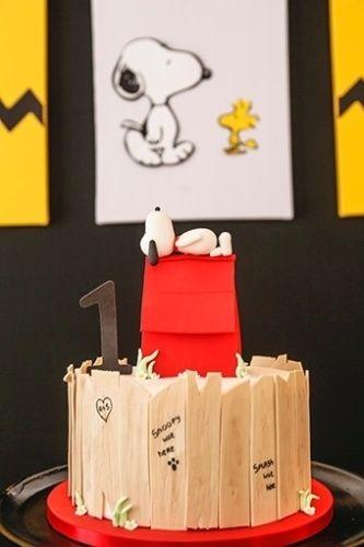 O bolo cenográfico, da Nika Linden, tinha o Snoopy dormindo em cima da casinha, além do tradicional muro de madeira que aparecia no desenho