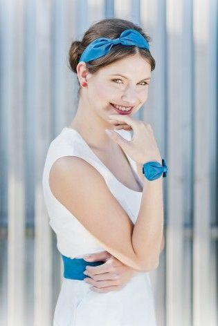 noni 2015 Haarband mit Schleife für die Brautfrisur und passendes Armband in Dunkelblau zum Brautkleid mit Minirock und rundem Ausschnitt  (www.noni-mode.de - Foto: Le Hai Linh)