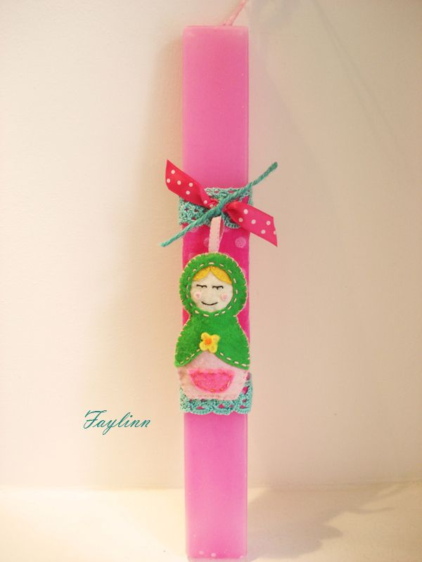 χειροποίητη τσόχινη κουκλίτσα δεμένη σε ροζ κερί
