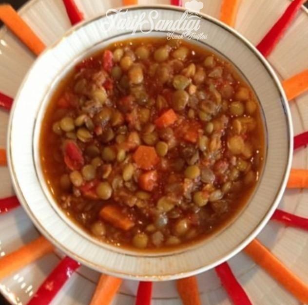 Malzemeler 1 su bardağı yeşil mercimek 1 büyük soğan 100 gr kıyma Yarım çay bardağı sıvı yağ 1 orta boy havuç 1 tatlı kaşığı tuz Yarım tatlı kaşığı biber salçası Yarım çorba kaşığı domates salçası veya 4 çorba kaşığı ev yapımı domates püresi