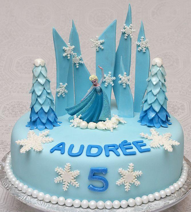 Gâteau de la reine des neiges 10 pouces à la vanille de couleur bleu. Recouvert de fondant et decorations faites en pastillage. -75$