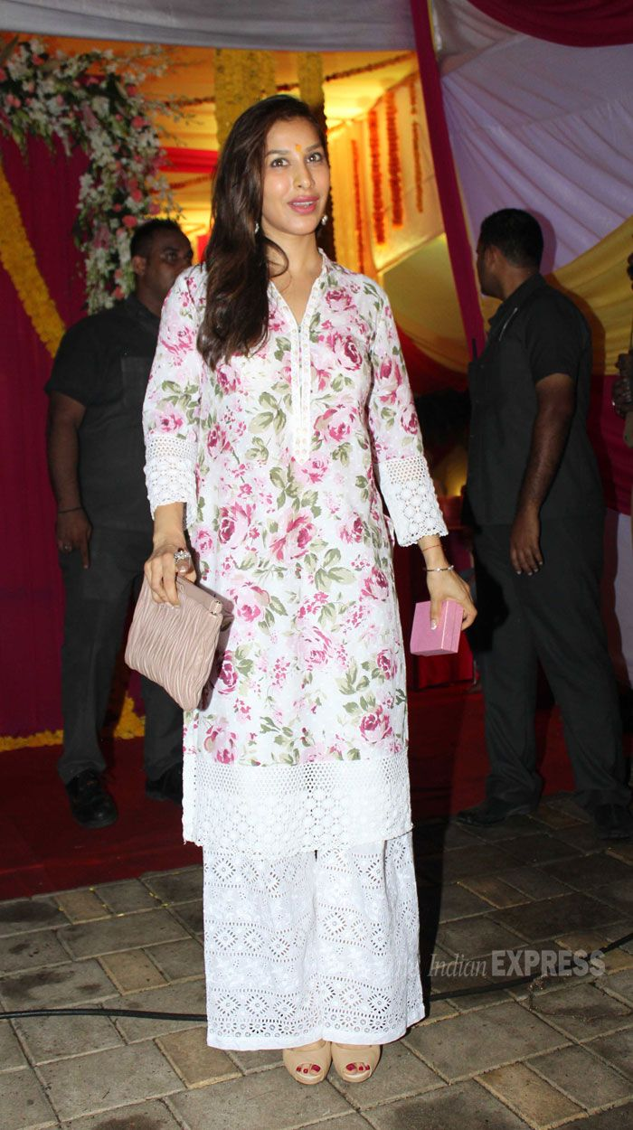 Sophie Choudry was a pretty sight in a floral kurti paired with white palazzo pants during Ganesh Visarjan #Bollywood #Fashion #Style #Hindu #Festival