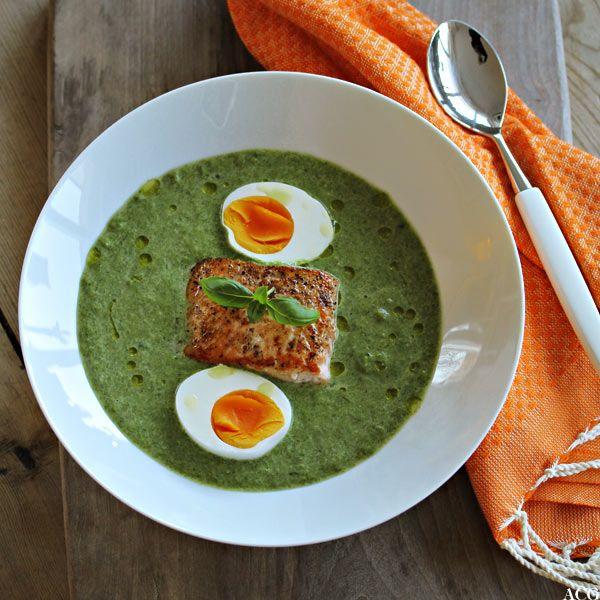 Oppskrift på deilig kremet spinatsuppe med smørstekt laksefilet og hardkokt egg. Nydelig og mettende hverdagsmat som kun tar et lite kvarter å lage.