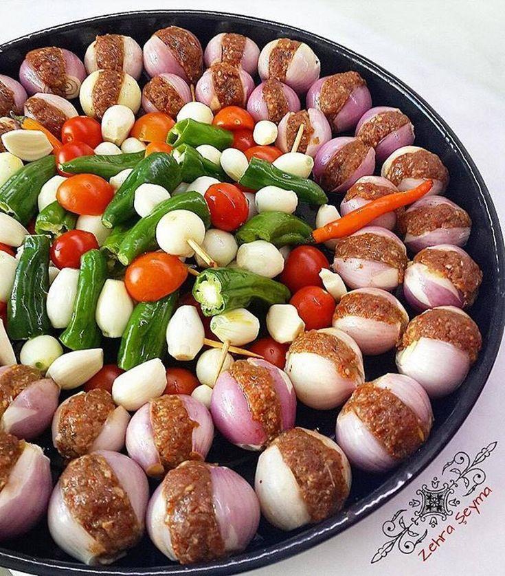 #Tarif@zhrseyma Çok ama çok lezzetli bir tarif.. Soğan Kebabı akşam yemeği için sizlere seçenek olsun. Pişmiş görüntüsünü sorarsanız onuda gün içinde paylaşacağım inşaallah.. ▫▫▫▫▫▫▫▫▫▫▫▫▫▫▫▫▫▫▫▫ SOĞAN KEBABI  Malzemeler:  Yeterince küçük boy kuru soğan  Kıyma  Pulbiber  Karabiber  Tuz Sıvıyağ  Ortası için:  Yeşil biber Domates Arpacık soğan  Üzerine:  2 tatlı kaşığı nar ekşisi  1 yemek kaşığı domates salçası (Tepsinizin boyutuna göre) Sıvıyağ  Pulbiber  Kekik 1 su bardağı su 2 yemek…