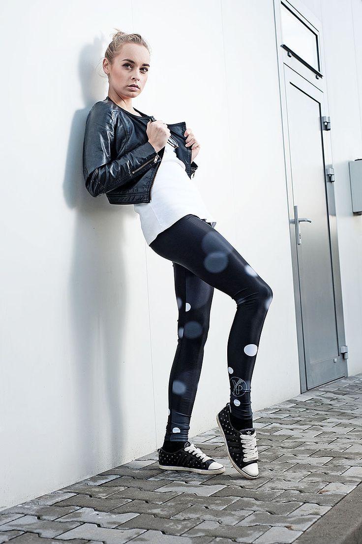Bukeh - leggings Černobílý jednoduchý potisk je vytvořen technologií sublimace na superodolný, lehký afunkční materiál, který je jako druhá kůže, vlétě chladí, vzimě hřeje. Používá se například pro sportovní oděvy. Materiál je hodně pružný. Legíny jsou matné aneprůhledné. Dostupné ve velikosetch:M, L. S: šíře v pase 28, natáhne se až na 35cm, ...