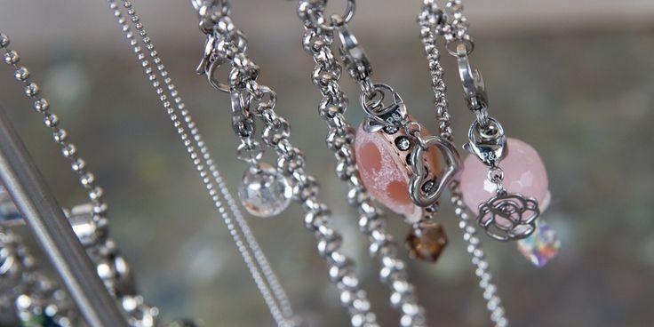 Accessoires en bedels - Pimps and Pearls. Pimps & Pearls is oer-Hollands. Met hoogwaardig  kwaliteitsleer als basis zorgen de eindeloze combinaties met andere natuurlijke  materialen zoals edelsteen, hout, bone, hars, schelp, koper en edelstaal voor  een accessoire met een pure uitstraling. Shop  de eigentijdse handgemaakte lederen armbanden, bedels en overige accessoires  @ https://www.nummerzestien.eu/pimps-and-pearls/