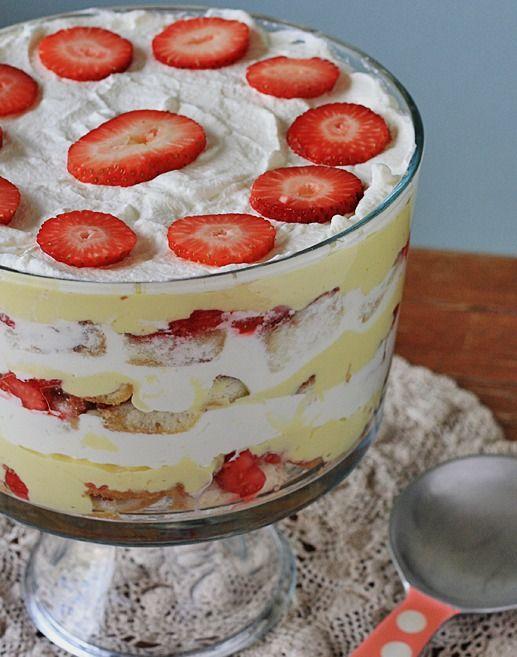 Traditional English Trifle - Amanda's Cookin' #dessert #Englishdessert #sweettreats #InternationalCuisine #pastry #confections