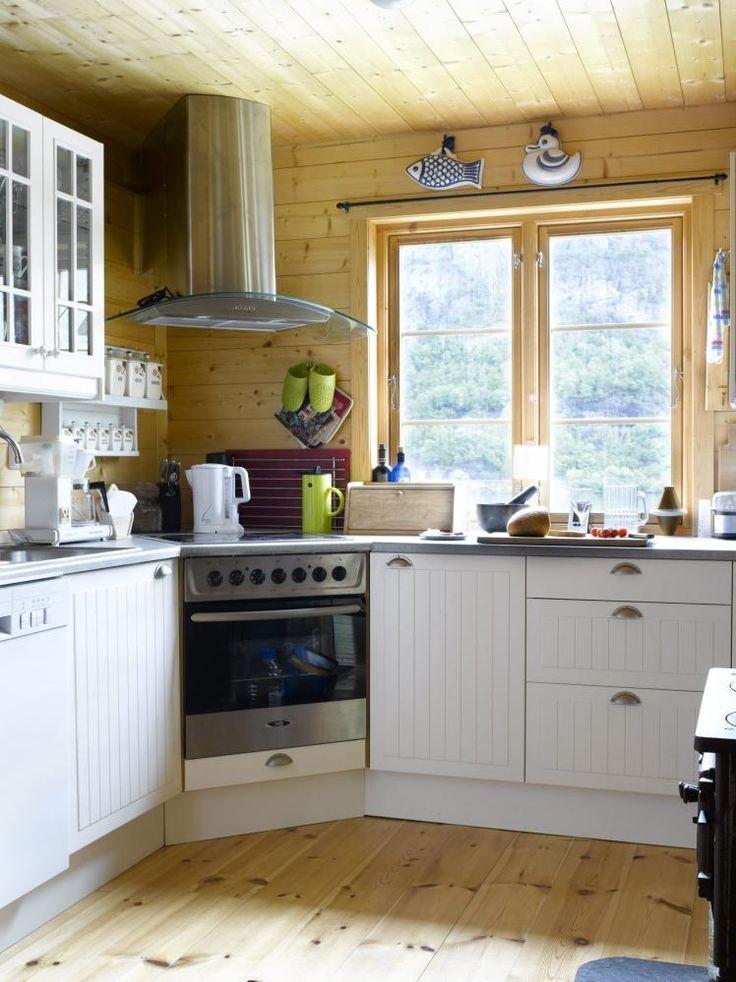 PRAKTISK: Dette kjøkkenet i hytta på Sunnmøre er lite og praktisk med fin utsikt til Hjørundfjorden som ligger rett nedenfor. Hytta er bygget i en bratt skråning.