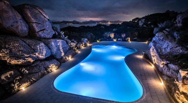 Grand Hotel Ma&Ma Resort , La Maddalena, Italia. Ubicato a 100 metri dalla spiaggia di Punta Tegge, il Ma&Ma Resort vanta una piscina all'aperto, un centro benessere e una palestra gratuiti. Tutte le camere hanno un balcone, in alcuni casi affacciato sull'Arcipelago della Maddalena, e ogni piano sfoggia un tema diverso: romantico, minimalista, trendy o confortevole.