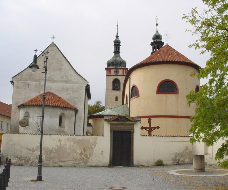 Stará Boleslav -  Přemyslovské hradiště na počátku 10. století, snad v době vlády Spytihněva I. (895-915) Prostor hradiště byl obehnán mohutnou hradbou s příkopem. Ta byla v průběhu 10. století nahrazena hradbou kamennou, nejstarší svého druhu u nás. Takto kvalitní opevnění u nás v této době nemělo obdoby. V 10. století tu stál minimálně kostel zasvěcený sv. Kosmu a Damiánovi. U jeho dveří byl ráno 28.září r. 935 svým bratrem Boleslavem zavražděn český kníže sv. Václav.