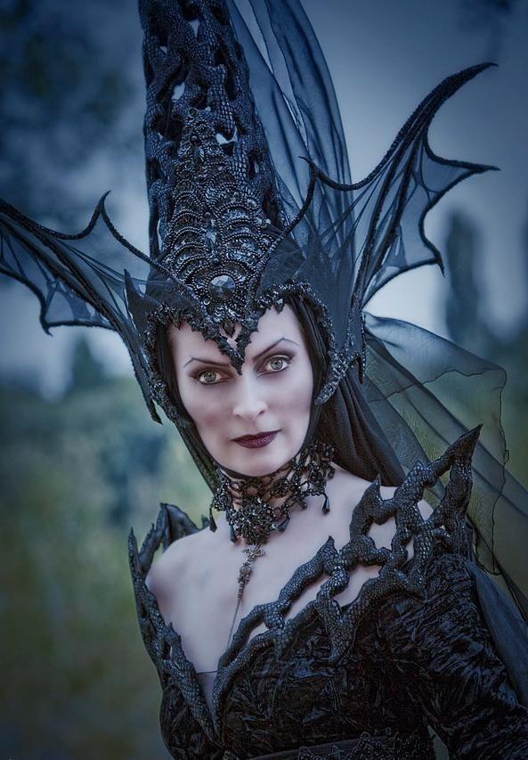 halloween hexe kostüm schwarze-koenigin-hut-drachenfluegel