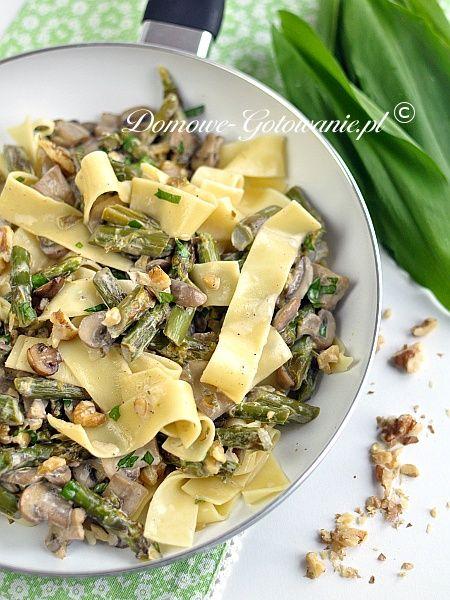 Makaron ze szparagami i pieczarkami Makaron tagliatelle z zielonymi szparagami, pieczarkami i czosnkiem niedźwiedzim w sosie śmietanowym.