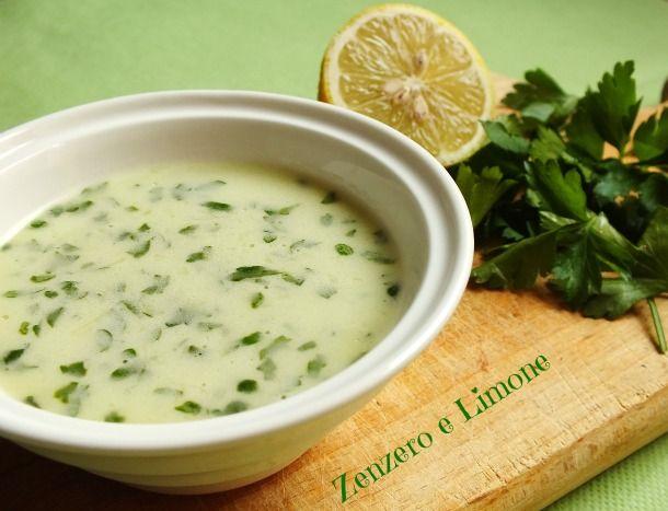La citronette è un condimento a base di succo di limone perfetto per condire pesce o carne alla brace o anche verdure. Si prepara in poche semplici mosse.