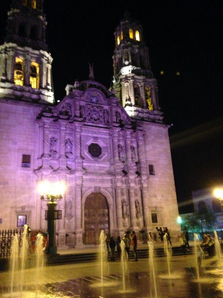 De noche tranquila la catedral sigue en pie.