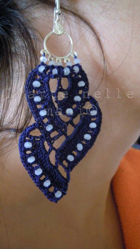 Orecchini crochet in makó blu navy e pietre dure
