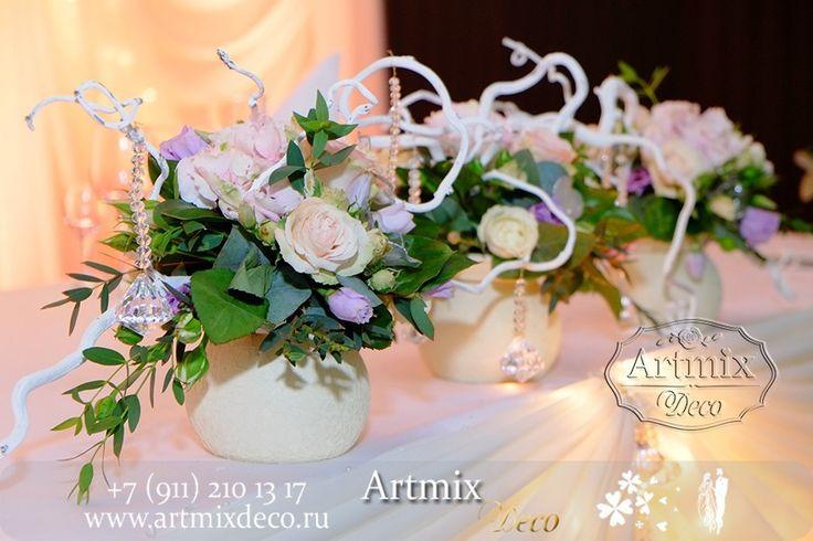 Свадебное оформление. Почти невозможно представить стол молодых на свадьбе без цветов. Цветы в вазах с декором.
