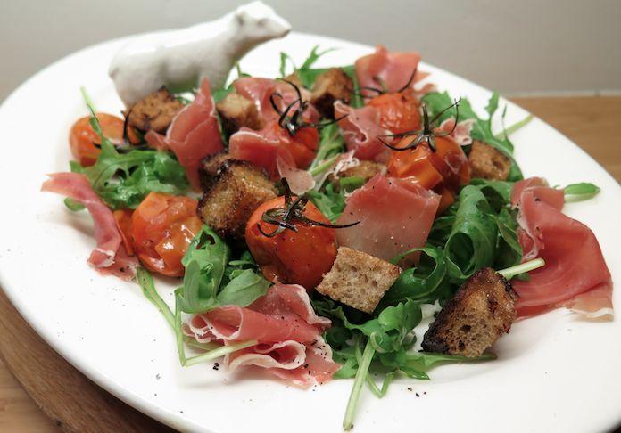 Salade met prosciutto, zelfgemaakte croutons en tomaatjes uit de oven. P.s. er zit nogal wat knof in dus niet voor een eerste date. Liefs, Lot  http://lotkookt.com/2014/04/29/salade-met-prosciutto-zelfgemaakte-croutons-en-tomaatjes-uit-de-oven/