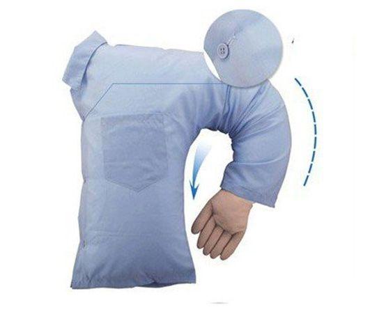 Almohada con forma de novio para chicas solteras que echan de menos un pecho masculino sobre el que dormir.