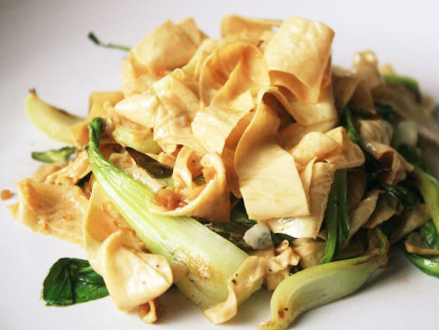 Tofu skin cut into noodle-like strips and stir-fried with soy sauce and oyster sauce.