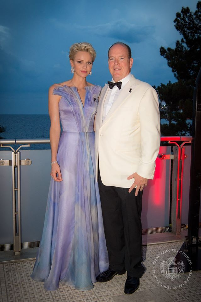Prinses Charlène bij Rode Kruis Bal in Monaco 25 juli 2016. Lila couturejapon uit de nieuwe collectie van Armani Privé.