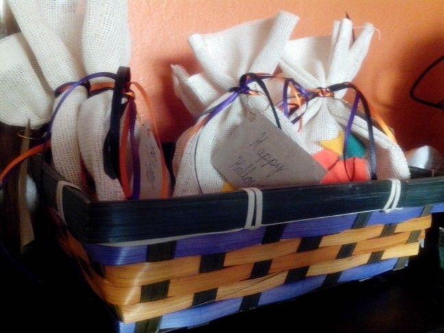 """Bolsas para dulces """"Abracadabra"""": bolsa de yute, con fieltro y listones $18"""