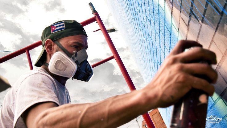 Javier Almiron, un artista argentino radicado en Colombia, ha sido el principal promotor del Proyecto Atrapa Sueños, una iniciativa que pretende cambiarle la imagen a las fachadas de distintas comunidades. En esta oportunidad, junto a más de 20 artistas avanza en la fachada de un colegio público, pintando los sueños de los niños.  #ProyectoAtrapaSueños #BogotaGraffiti #YoAmoBogotá #ArteParaEducar