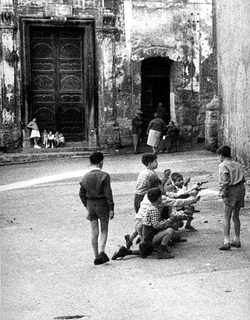 Enzo Sellerio: Kids in Palermo, Italy, 1960   #TuscanyAgriturismoGiratola