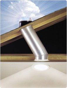 La luz natural es traída desde una Claraboya por medio de un tubo con espejos que reflejan la luz y la conducen a zonas más oscuras