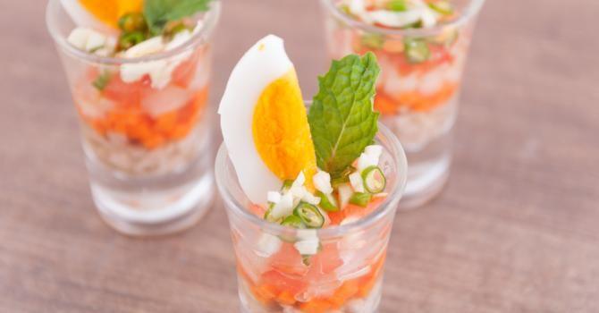 Recette de Salade de surimi aux œufs en verrines Croq'Kilos. Facile et rapide à réaliser, goûteuse et diététique.