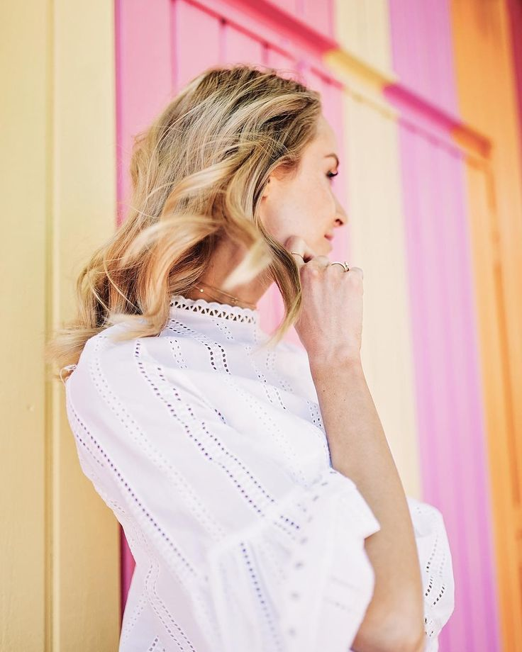 Summer outfit with the prettiest lace shirt and a choker necklace - Anna, Arctic Vanilla blog.