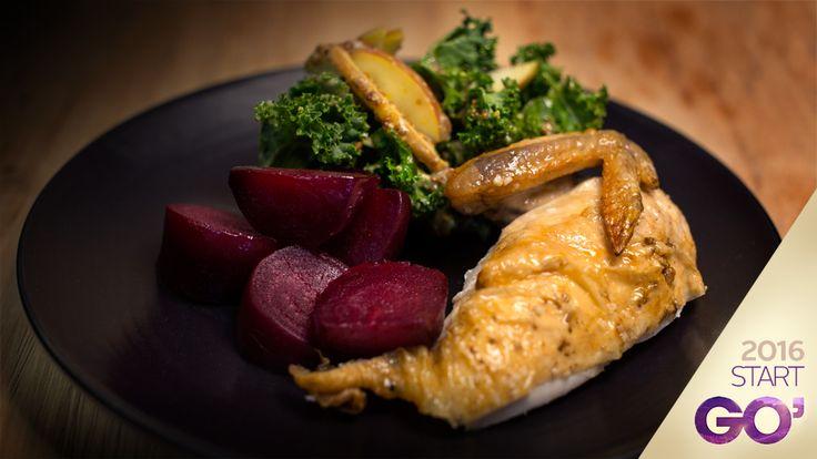 Dagens forslag: Stegt kylling med bagte rødbeder og grønkålssalat med æbler