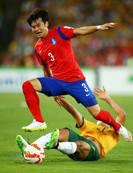 Kim Jin-Su Photos - Massimo Luongo of Australia challenges Kim Jin Su of Korea Republic during the 2015 Asian Cup final match between Korea Republic and the Australian Socceroos at ANZ Stadium on January 31, 2015 in Sydney, Australia. - Korea Republic v Australia - 2015 Asian Cup: Final