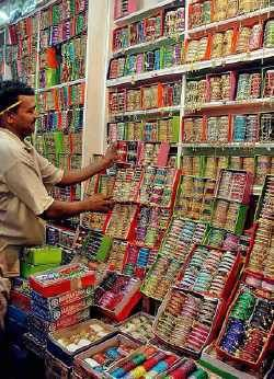 a trip to the churian market.....where there are thousands of bangles of all colors and designs....