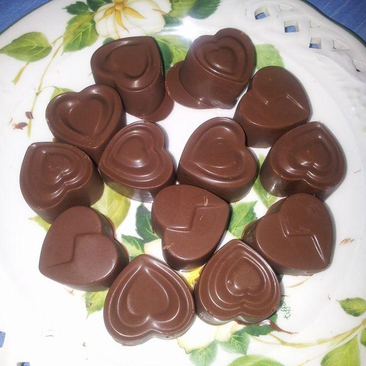 Cioccolatini Bimby, ricetta facile facile per dei gustosi cioccolatini, da guarnire a piacere con nocciole, mandorle o noci :) Ingredienti: 200 gr di ...