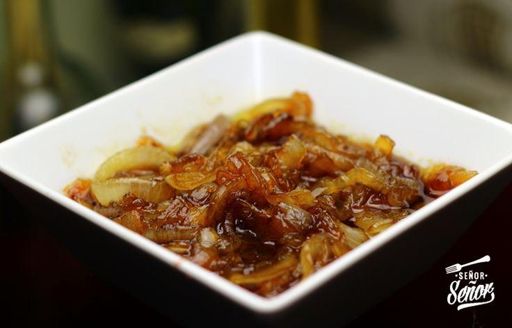 La cebolla caramelizada o confitada es un tipo de guarnición que liga con una infinidad de platos. Podemos hacerla con azúcar o sin azúcar, está es una receta de cebolla caramelizada con azúcar. Pa…