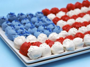 Fourth of July cake pops - yummy and inspiring! #naildesign @DailyCandy