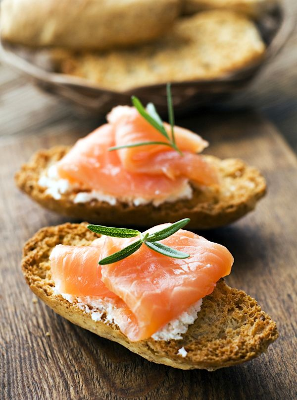 Smoked Salmon CrostiniSalmon Crostini, Smoked Salmon, Low Calories, Crostini Recipe, Yummy Food, Smoke Salmon, Appetizerssnack Recipesrr, Snacks, Bagels Breakfast