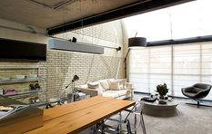 Ve spodním patře vznikl obývací pokoj spojený s kuchyní a na ni navazující jídelní částí