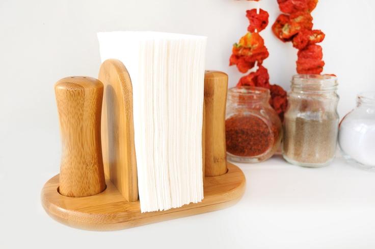 Risotto Peçetelikli Tuzluk Biberlik ile mutfağınıza farklı bir duruş katarak bambunun antibakteriyel özelliği sayesinde sağlığınıza sağlık katacaksınız. İki adet baharatlık ve orta kısımdaki peçete saklama bölümü ile mutfağınızdaki pratik yardımcınız olacaktır.    Ürün Boyutları (cm) : 12x6x12
