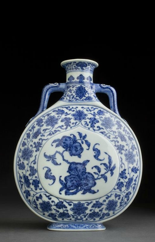 Rare flasque en porcelaine bleu et blanc en forme de lune, bianhu, Chine, marque et époque Daoguang (1821- 1850).
