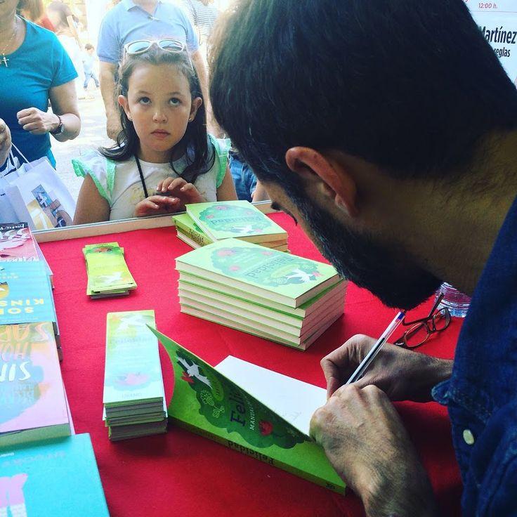Javier Salinas firmando su obra en la Feria del Libro de Madrid 2016.
