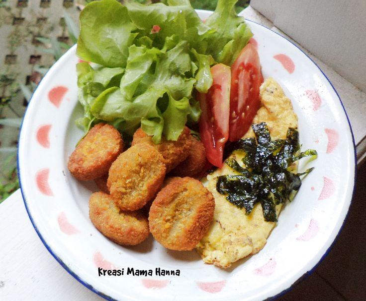 Nugget goreng, omelet rumput laut, selada dan tomat.