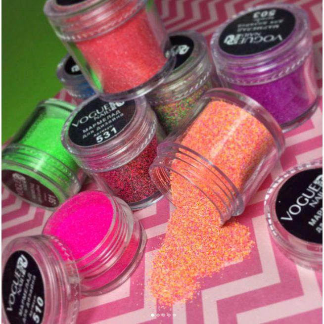 """Мармелад для создания необычного маникюра с эффектом «сахарных» ногтей. 💅🏼 Vogue nails Такой маникюр выглядит очень необычно и привлекает внимание благодаря тому, что цвета, входящие в """"мармеладную"""" линию, яркие и сочные: неоново-розовые, зеленые, фисташковые, оранжевые! 🍦🍬🍭 С таким нейл-дизайном просто невозможно остаться незамеченной. Способ применения: На готовые ногти, покрытые финишным покрытием, нанести каучуковую базу (не сушим), посыпаем мармеладом. Заполимеризовать в УФ-лампе 2…"""