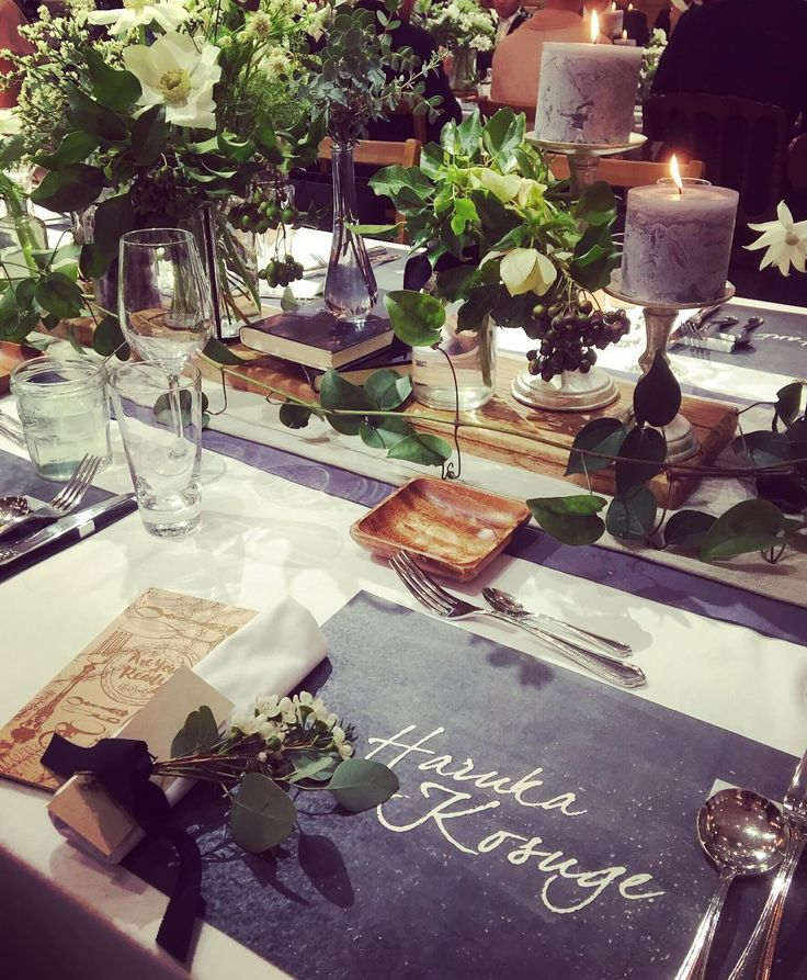 つづいて もはや愛しているレベルのテーブルコーディネート ; ; ) それぞれご招待客には席札の代わりにチョークシートに名前を入れてお迎えしました みんなの名前がずらりと並んで見ているだけで幸せな空間 そしてあと少し木の要素を取り入れたくてナフキンの下にチラ見えしているbookは素材を木にしてもらいました レーザーカッターでデザインしていただき最高の仕上がりに本当にときめきました(また詳しくレポします) 装花はアネモネをアクセントに上品に 小物はキャンドルだけでなくさりげなく本をしのばせたり木の実を散らしたり天才designner @kondo.tsg さんにお任せで初めてのモックアップからこのクオリティで感動でした 細部まで全てがお気に入り 最高です design @kondo.tsg paper @yagihara.tsg #trunkbyshotogallery #LIFEisLIFE0416 #テーブルコーディネート #weddingcoordinate #会場装花 #結婚準備 #結婚式 #ウエディングソムリエアンバサダー #第3期ジュニアアンバサダー…