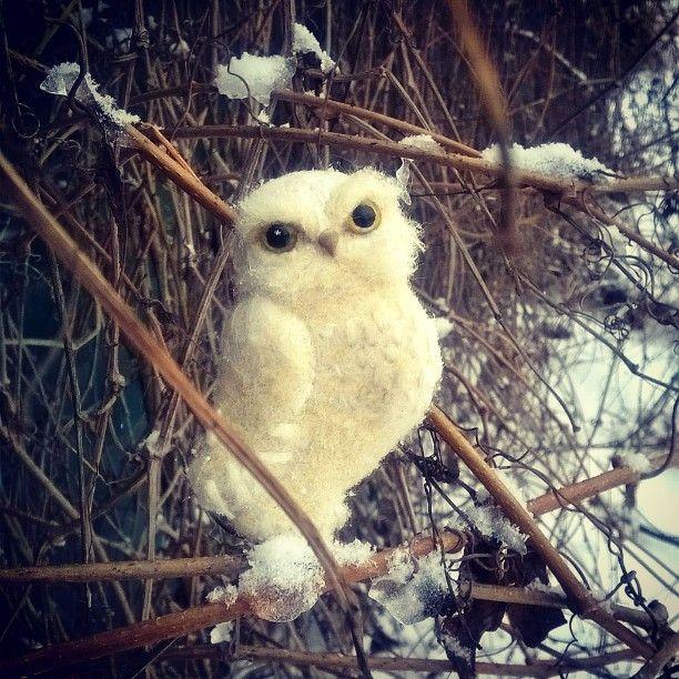 В снежный день родилась снежная сова. Брошь выполнена из овечьей шерсти в технике сухого валяния, декорирована волокнами шелка. Размер 8х5 см. В наличии, пересылка почтой РФ - 250р. #войлочнаяброшь #ручнаяработа #валяние #фелт #украшение #стиль #handmade  #felt  #mastercraft